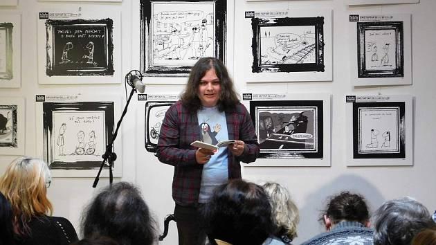 Teodor Kravál (na snímku) uvede na večeru autorského čtení tři ostřílené performery.