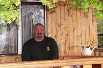 František Nash bydlí v panelovém domě a tak rád relaxuje s manželkou na jejich zahrádce.