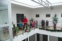 SLAVNOSTNÍHO otevření nově opravené radnice se včera zúčastnily také děti.