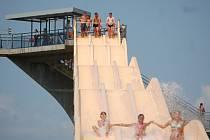 Trojskluzavka dlouhá 123 metry, je jedno z lákadel sokolovského koupaliště Michal