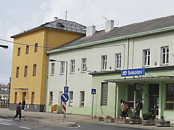 Na zelenou budovu Českých drah navazuje opravená žlutá část, kterou opravilo město