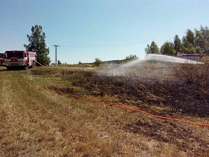 Požár trávy u jezera Medard