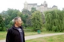 NĚKTEŘÍ herci Národního divadla souhlasí s tím, že prostředí pod loketským hradem patří k pokladům města.