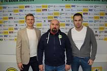 Nový kouč hornického celku Bohuslav Pilný spolu s výkonným ředitelem FK Baník Sokolov Tomášem Provazníkem a sportovně- technickým ředitelem Davidem Pallou.