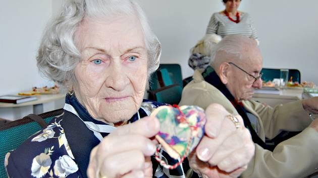 Marie Chejlavová ukazuje památníček, který ji věnovaly ženy z koncentračního tábora