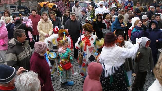 Po povolení masopustu starostou propuklo před obecním úřadem veselí a tanec.