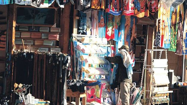 Asijští prodejci u státních hranic s Německem v Hraničné poukazují na nízké tržby. Od hranic se proto stahují do centra města.