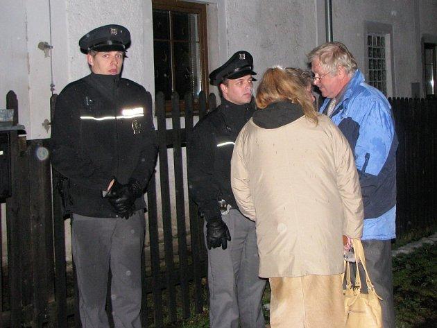 Police vyšetřuje smrt matky a ročního dítěte. Na místo tragédie se dostavil i starosta Josefova Ladislav Čížek (vpravo). Policie do domu nikoho nevpustila a hlídala u vstupní branky.