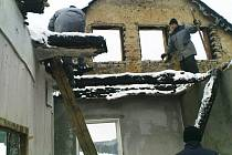 ODSOUZENÍ z kynšperské věznice pomáhají při odstraňování následků požáru na farmě v Liboci.