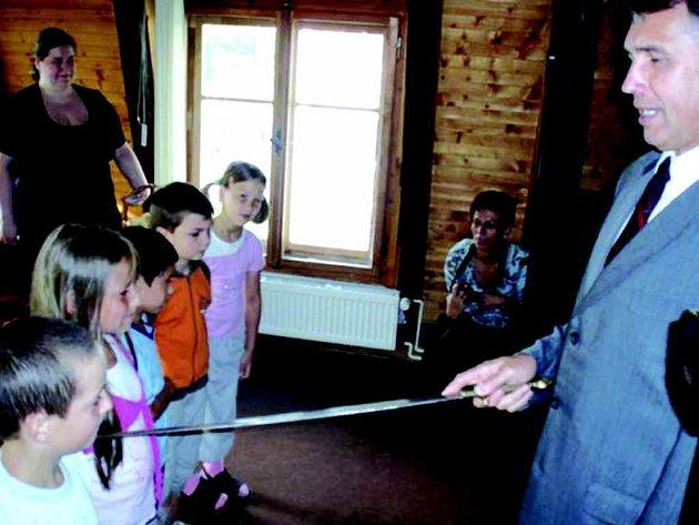 Starosta Chodova pasoval prvňáčky na čtenáře knihovny.