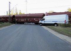 Nehoda dodávky na železnici.