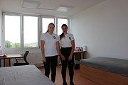 Studenti jsou ubytováni na dvoulůžkových pokojích. Na jednom jsou i Eva Tichá a Markéta Pancová, obě z Nejdku.