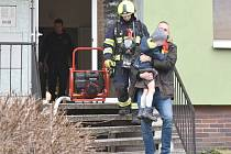 Požár v bytovém domě v Sokolově