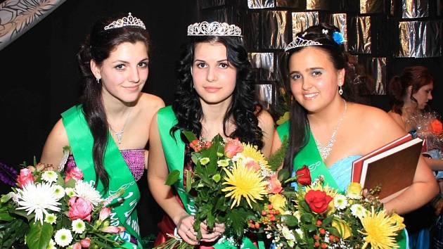TITUL DÍVKA ROKU 2012 v Kynšperku nad Ohří vybojovala Lucie Bričová (uprostřed). První vicemiss se stala Michaela Lisá (vlevo). Druhou vicemiss je Martina Stolariková (vpravo).