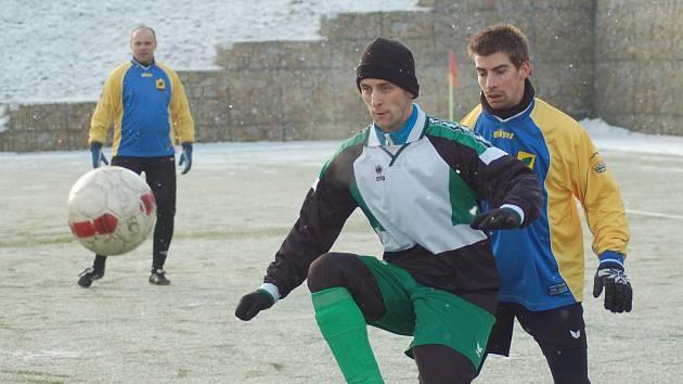 Zimní turnaj v Královském Poříčí: Lomnice B - Březová B (ve žluto - modré kombinaci)
