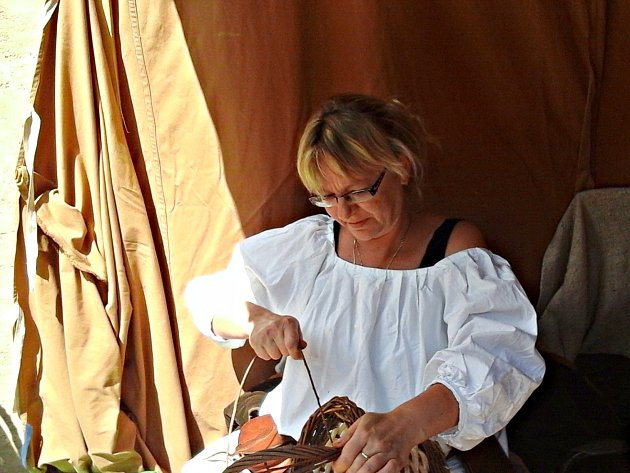 Košíkářka Helena Holakovská představila své řemeslo i na loketských slavnostech.