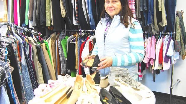 V OBCHODĚ se dá kromě základního ošacení pořídit i obuv. Podle vedoucí  Mileny Srbové jsou ... 22f2c93d1b