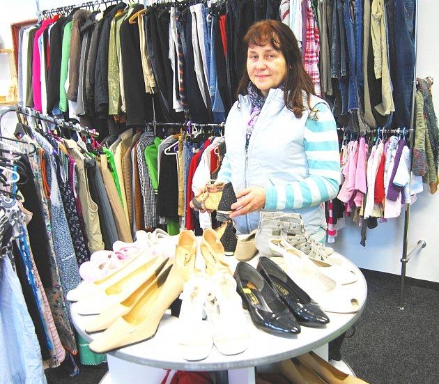 V OBCHODĚ se dá kromě základního ošacení pořídit i obuv. Podle vedoucí Mileny Srbové jsou k dispozici hlavně dámské boty, pánských je momentálně nedostatek.
