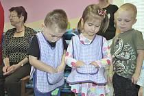 Předání zástěr sokolovským dětem.