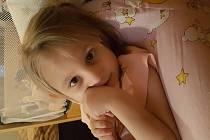 O NELINKU CICHOCKOU z Kraslic se starají její prarodiče. Malá bojovnice vyžaduje soustavnou péči a nákladnou léčbu.