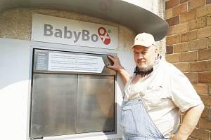 Zakladatel Babyboxu Ludvík Hess nechal vyměnit zastaralý typ schránky za nový. Rozdíl je prý nesrovnatelný.