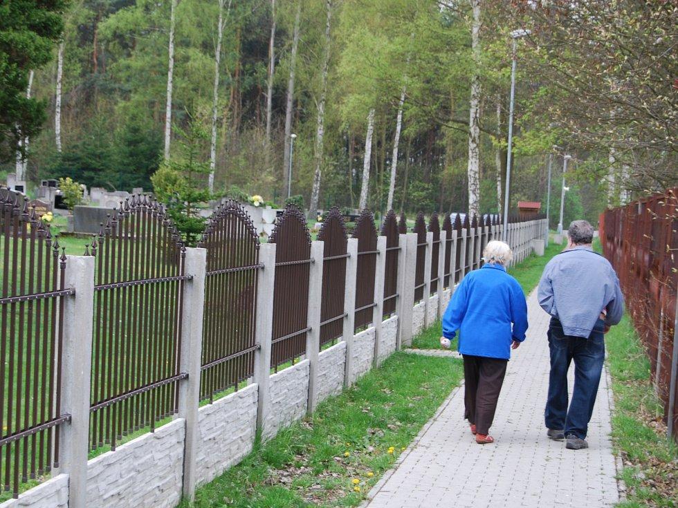 Pěší trasa mezi hřbitovem a hřištěm