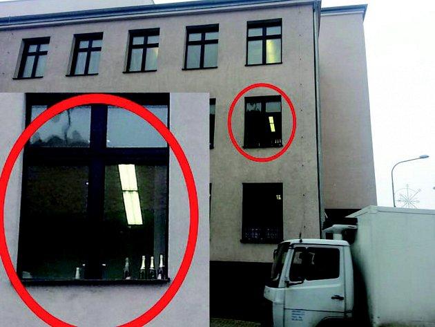 LAHVÍ ALKOHOLU  za oknem Okresního soudu v Sokolově si všiml náhodný kolemjdoucí. Okno vyfotografoval a snímek umístil na sociální síti. Tam se rozjela vášnivá diskuse.
