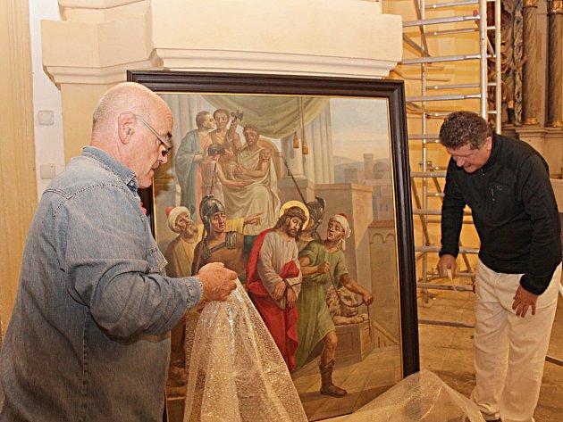 Do chodovského kostela sv. Vavřince se vrátila čtyři zrestaurovaná plátna křížové cesty.