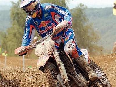 TRAŤ V LOKTI se dnes a v neděli stává dějištěm seriálu mistrovství světa v motokrosu.