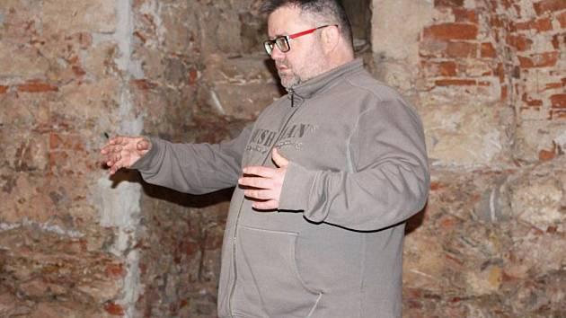Ředitel muzea Michael Rund názorně demonstroval některé své představy rekonstrukce sklepení.