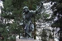 Památníky válek a koncentračních táborů.