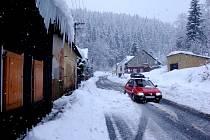Sníh se uvolnil například z domu u silnice z Kraslic na Bublavu. Bylo štěstím, že tudy zrovna neprocházeli lidé nebo nejelo auto.