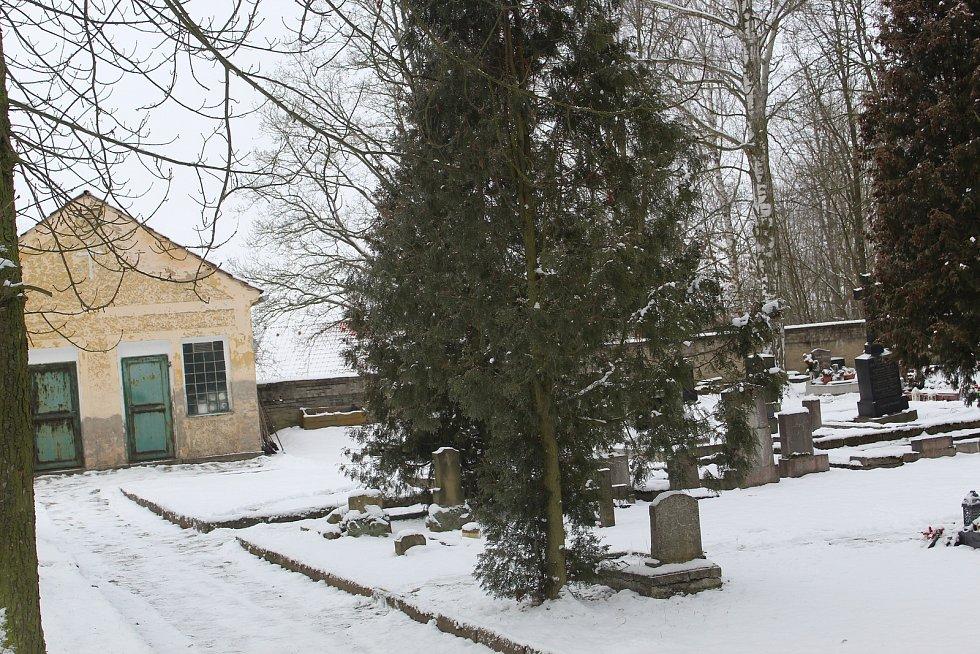 Hřbitov v Nebanicích.