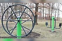 Čtyři nové fitness stroje jsou pro veřejnost k dispozici v sokolovské městské lokalitě Háječek.