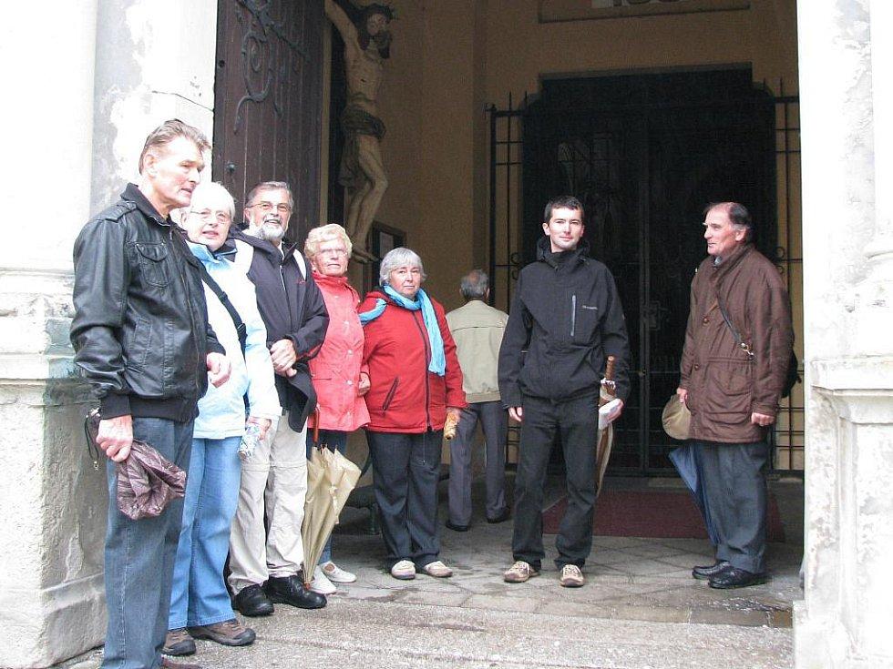 NA PĚŠÍ POUŤ do Sněžné vyrazila skupinka věřících od kraslického kostela. Kvůli nepříznivému počasí si s sebou nesli deštníky.