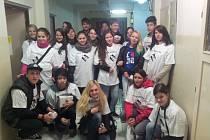 Dobrovolníci z řad studentů sokolovského gymnázia.