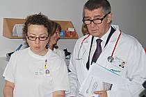 Ministr financí Andrej Babiš na rehabilitačním oddělení sokolovské nemocnice