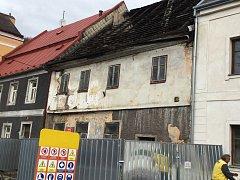 Demolice domu č. 13 v památkové zóně začala.