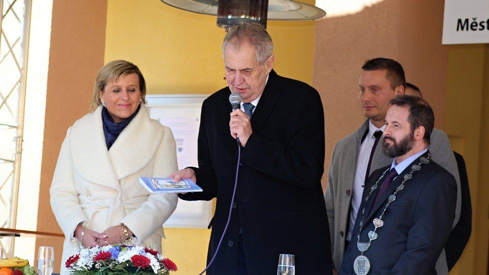 Na besedě s obyvateli Kraslic obdržel Miloš Zeman knihu prezidentských bonmotů přeložených do vietnamštiny.