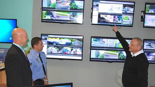 JAK funguje a kde všude mají kamerový systém Sokolova, ukazuje Jan Picka (vpravo). Přihlížejí mu velitelé domažlických i sokolovských strážníků Petr Kubal a Petr Kubis (zleva).