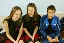 Sokolovští plavci, zleva: Barbara Sobotková, Veronika Kochová a Davida Čepelák