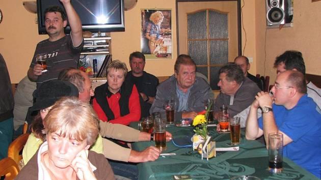 DISKUSE. V úterý večer se v restauraci ve Staré Chodovské sešlo asi čtyřicet lidí, aby si promluvili se zástupci chodovské radnice o problémech, které je nejvíce tíží.