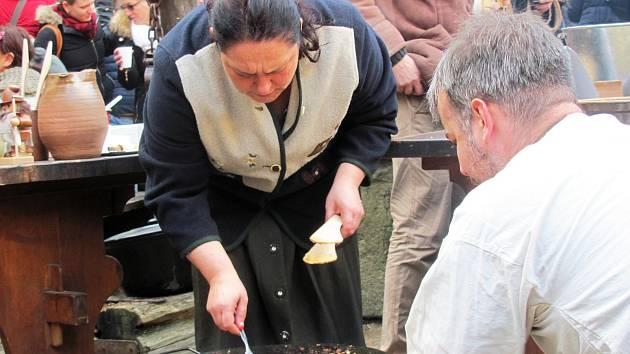 Na nádvoří se na otevřeném ohni bude připravovat například kouřící dívka.