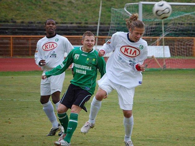 Jednu branku do sítě béčka Mostu vstřelil útočník Tomáš Vondrášek (v zeleném).