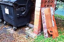 Odpad, který k popelnicím nepatří.