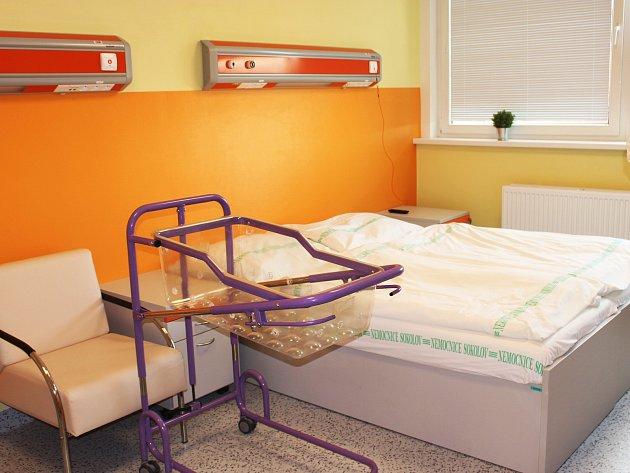 Gynekologicko-porodnické oddělení Nemocnice Sokolov prošlo rekonstrukcí, díky níž nabízí maminkám ipacientkám komfortní prostředí a služby. Na rodinném pokoji jsme zastihli jednodenní Nikolku soběma rodiči.