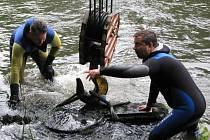 Vytažení torza pomníku z řeky Ohře.