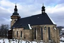 Do oken kostela sv. Jiří se postupně vracejí restaurované vitráže, celkem už jich je sedm.
