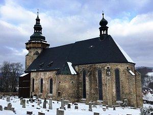 Vitráže v oknech, opravená střecha, obnova vrací kostelu důstojnost