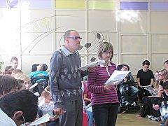 Klienti Mateřídoušky si pro návštěvníky připravili krátké vystoupení. Všichni společně si pak zazpívali.